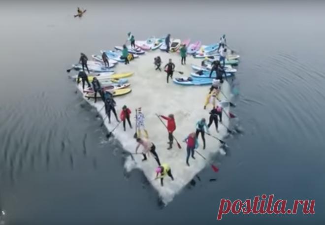 Серфингисты Владивостока устроили хоровод на льдине, которую «отогнали» от берега веслами. Опасная, но захватывающая акция, которую посвятили открытию нового сезона, состоялась 19 марта.