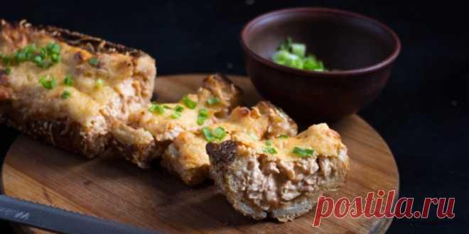 Фаршированный багет с курицей и двумя видами сыра