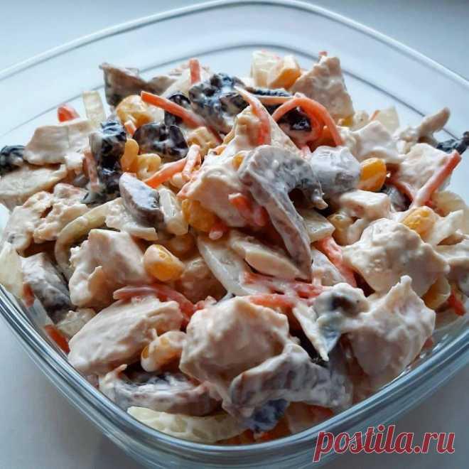 La ensalada del filete de gallina con las ciruelas pasas
