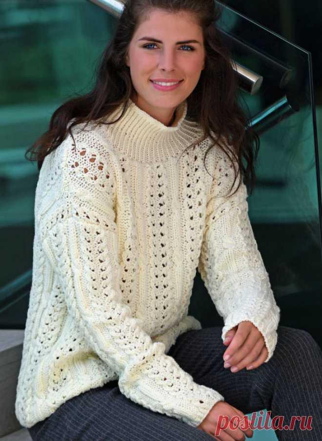 Пуловер структурным узором с воротником-стойка.