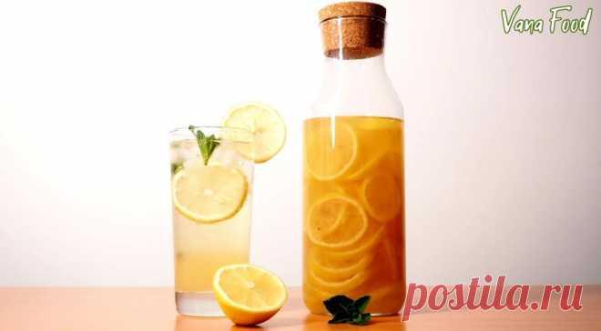 Домашний лимонад - рецепт самого летнего напитка - Журнал Советов Рецепт натурального домашнего лимонада. Прохладный лимонад — это лучший напиток, чтобы освежиться и взбодриться в жару!? ИНГРЕДИЕНТЫ лимоны 500 г сахар 300 г вода 500 мл мята лед газированная вода ПОШАГОВЫЙ РЕЦЕПТ ПРИГОТОВЛЕНИЯ Нарезать лимоны. Сложить в сотейник. Засыпать сахаром. Налить воду. Поставить сотейник на средний огонь до закипания. Уменьшить огонь до минимального, кипятить 15 […]