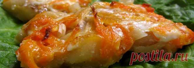 Рыба запеченная с луком и морковью • Рецепт Очень простая в приготовлении рыба запеченная с луком и морковью в духовке. Это блюдо получается нежным, сочным и вкусным. Причем филе рыбы в рецепте можно использовать любое.