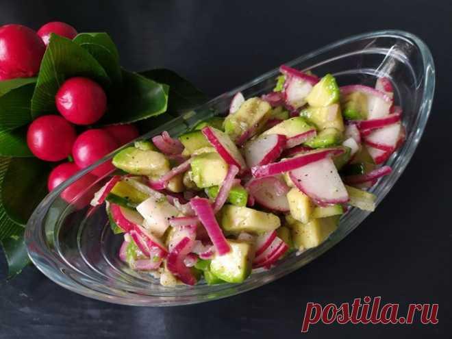 Легкий салат с авокадо и маринованным луком