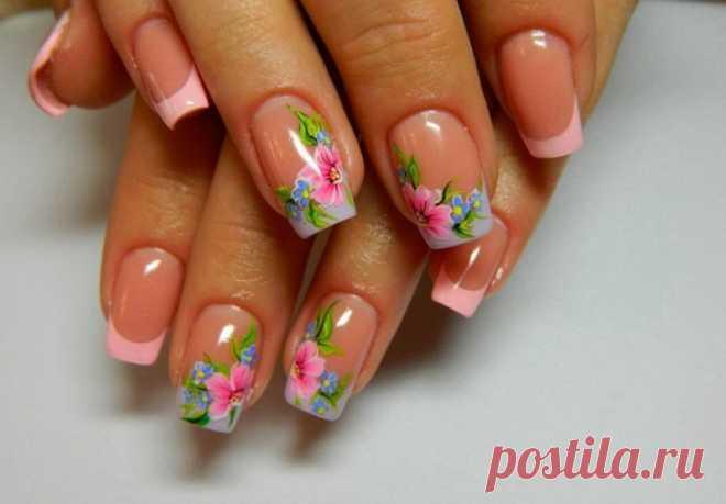 ¿Queréis las flores sobre las uñas? La manicura a la moda con los colores 2018-2019, la manicura hermosa con las florecitas de la foto