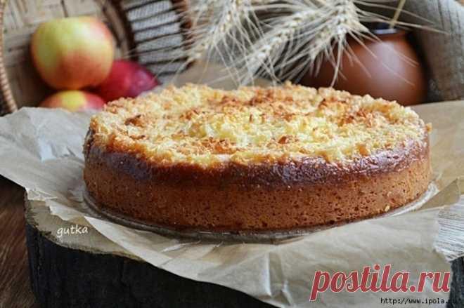 El pastel caseoso con las manzanas y el caramelo de coco
