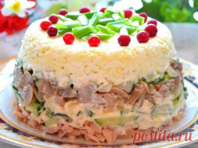 Слоеный салат с копченой курицей