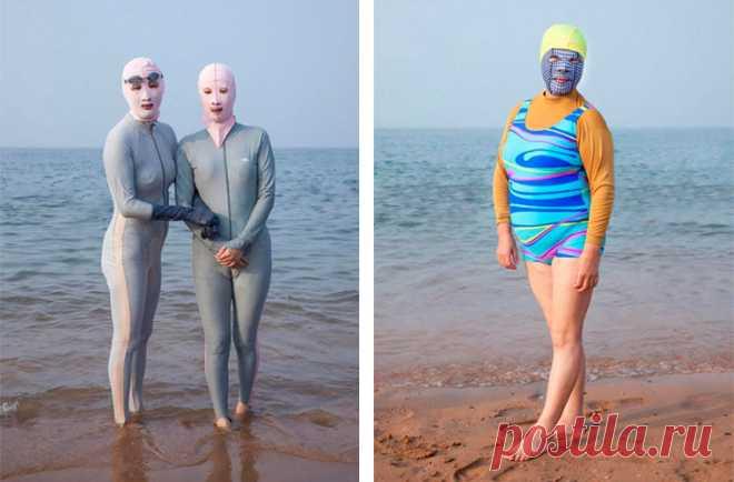 На китайских пляжах вот уже несколько лет царит мода на фейскини - защитные маски для лица, защищающие кожу от вредного солнца. Согласно рекламе, тряпица также спасает от укуса насекомых, медуз и отпугивает акул.