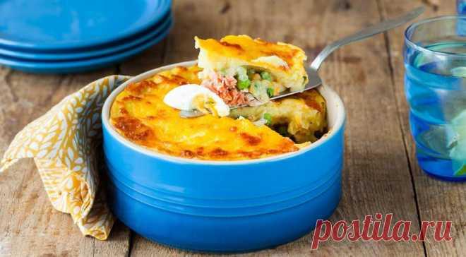 Английский рыбный пирог - Журнал Советов Англичане называют это блюдо пирогом, но если присмотреться, то это самая настоящая запеканка. Зато какая! Под слоем картофельного пюре скрывается нежная сердцевина из свежей и копченой рыбы, укрытой густым ароматным соусом. В этом рецепте используются горошек и вареные яйца, они делают начинку более текстурной. ИНГРЕДИЕНТЫ 400 г филе рыбы с плотной мякотью (морской окунь, треска, […]