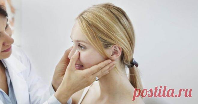 Симптомы, диагностика и лечение ринита Ринит – это воспаление или раздражение слизистой оболочки носа. Это состояние может быть вызвано бактериями, аллергенами, пыльцой, загрязнителями воздуха, некоторыми продуктами питания и напитками, дымом, гормональными изменениями или вирусами.
