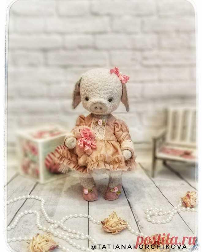 Символ 2019 года. Малышка свинка Тедди Ульяна. Рост 22 см. Сшита из вискозы, наполнитель опилки, глаза стекло. Одежда из японского хлопка. Ручная работа. Интерьерная, коллекционная игрушка.