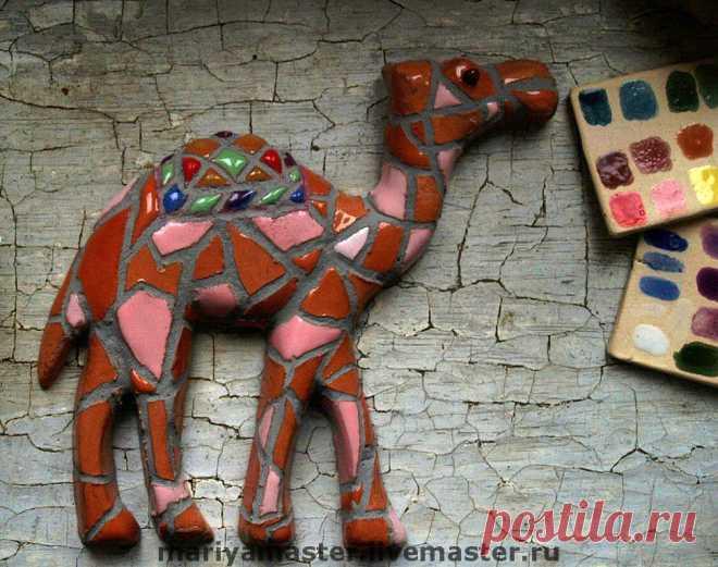 Панно  Верблюды – заказать на Ярмарке Мастеров – DLLXRU | Картины, Санкт-Петербург Панно  Верблюды в интернет-магазине на Ярмарке Мастеров. Настенное панно, из 4-х деталей- семья из 3-х верблюдов и пальма. Можно сделать на заказ с учетом желаемого цвета, если в комнате преобладает голубой цвет, в панно можно добавить больше голубой глазури и т.п.