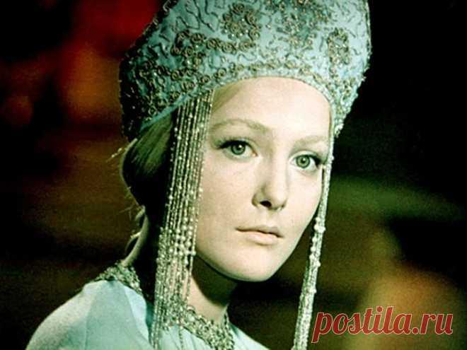 Угасшая звезда Евгении Филоновой -- печальная судьба советской Снегурочки  Евгения Филонова в фильме *Снегурочка*, 1968 Ее называли одной из самых красивых советских актрис, но она сыграла всего 5 ролей в кино и около 20 – в театре. Ее самой известной и единственной главной…