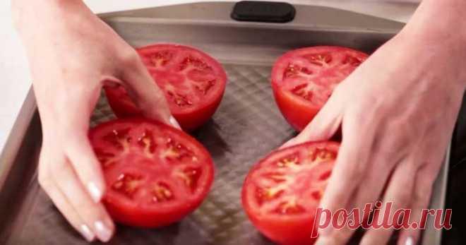 Положите половинки помидоров на противень. Через 15 минут ваши гости будут в восторге Помидоры с сыром— это дуэт, который давным-давно зарекомендовал себя. Он прекрасно смотрится на пицце, в спагетти, в запеканках и даже простых бутербродах. Помидоры, запечённые в духовке под шапочкой…