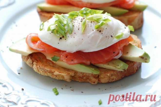 Яйцо пашот с лососем и авокадо — Sloosh – кулинарные рецепты
