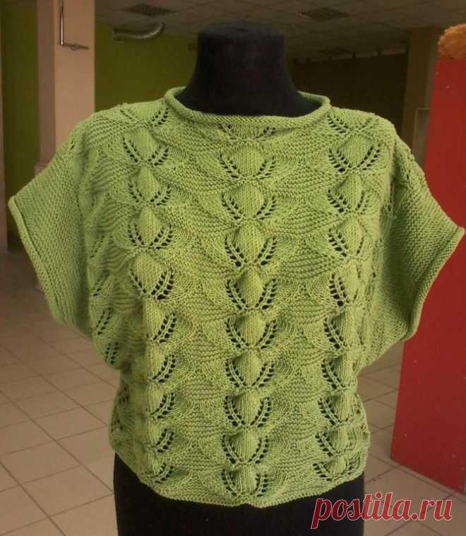 Летний пуловер с очень красивым узором вяжется по прямой, а рукава надвязываются по готовому изделию платочной вязкой.