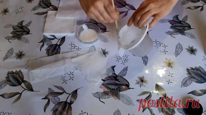 Красивый цветочный горшок из майонезной банки и салфеток Очень простая идея для творчества с детьми или для начинающих рукодельниц. В конце статьи дам идеи более сложного декора пластиковых ведерок различными материалами.1. Развожу клей ПВА с водой и приклеиваю обычные однослойные салфетки на ведерко, стараясь делать мятую текстуру.Не забываю...