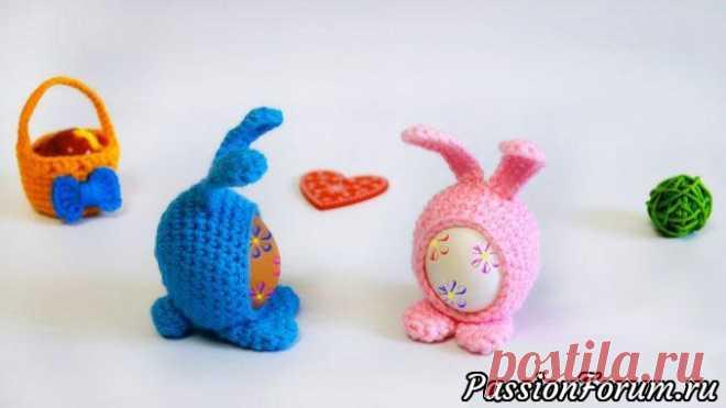 Пасхальный сувенир - кролик Мими   Вязаные крючком аксессуары Пасхальный кролик Мими крючком — это замечательный сувенир на большой праздник Пасха! В него вы можете вставить свое раскрашенное яйцо и подарить тем, кому особенно хочется подарить что-то особенное в этот день.Безусловно такой подарок принесет много-много радости маленьким...