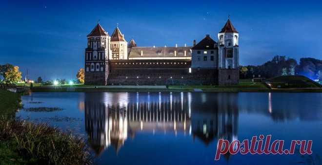 Один из великолепных образцов кирпичной белорусской готики, овеянный легендами и окруженный красивейшим парком, можно увидеть на этих аэропанорамах
