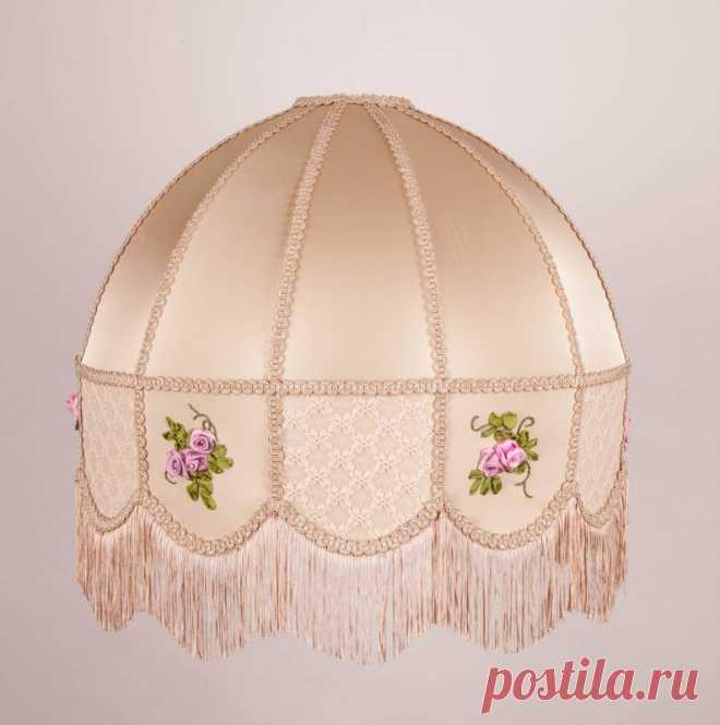 Диаметр абажура – 560 мм  Абажур в стиле ретро. Атласная ткань, выполненная вручную вышивка из французских меланжевых шелковых лент, отделка тесьмой и бахромой. Может быть выполнен как абажур для торшера или же как подвесной абажур. Кажется, все привычно и традиционно, но такие абажуры дарят не только свет… Мы подберем для Вас нужные цвета не только ткани, но и шелка для вышивки и соединим в интерьере любимые краски.