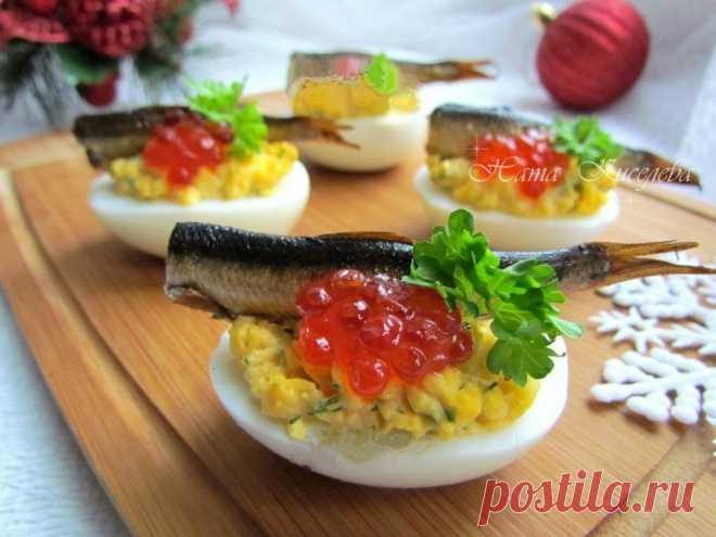 Фаршированные яйца со шпротами и красной икрой — Кулинарная книга - рецепты с фото