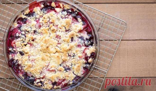 Насыпной пирог с малиной и вишней - Лайфхакер