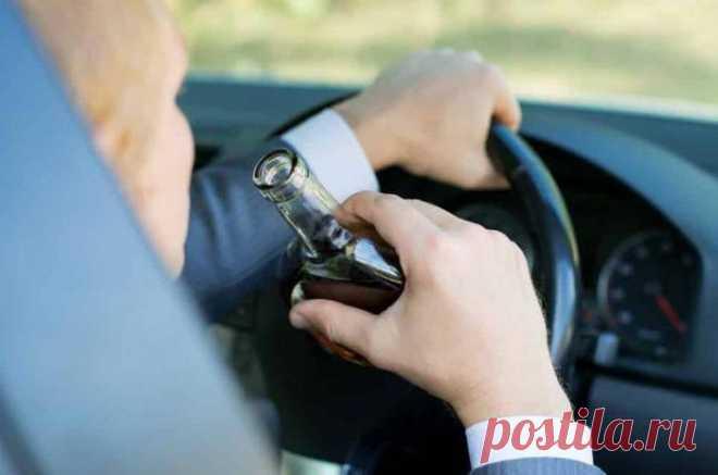 Штраф за пьянку за рулем: вождение авто в нетрезвом виде Любой автовладелец прекрасно понимает, что при езде за рулем в нетрезвом виде можно не только попасть в ДТП, но и получить серьезный штраф за пьянку или вовсе лишиться прав на управление АТС. Однако в...