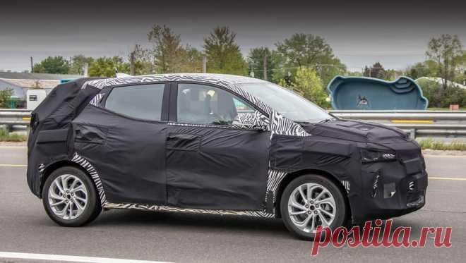 Паркетник Chevrolet Bolt EUV вышел на дороги Мичигана В2017-м году концерн General Motors анонсировал пару моделей-собратьев, основанных натехнике электрического хэтчбека Chevrolet Bolt. Причём это должны