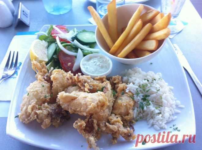 Кипрская еда похожая на греческую, с оттенком Ближнего Востока. Свежие местные  морепродукты с  мощным сочетанием трав и специй и легкой каплей оливкового масла. Мезе - лучшее введение в кипрскую кухню. Оно состоит из 20-30 различных блюд, которые подаются  последовательно.    Блюда на основе мяса или рыбы. Мусака - запеканка из фарша и баклажанов, залитая соусом бешамель. Стифадо -  говядина или кролик,  тушенные в вине с луком и приправами. Клефтико - Ягненок, медленно приготовленный в печи.
