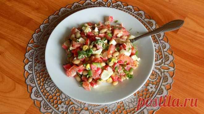 Салат из консервированной белой фасоли с крабовыми палочками Необходимые ингредиенты для приготовления салата:Консервированная белая фасоль - 400 гр. Помидоры - 3 шт. Крабовые палочки - 200 гр. Куриный яйца - 3 шт. Чеснок - 1 зуб. Зеленый лук Укроп Соль по Вашему вкусуМайонез для заправки салатаПростой видео рецепт приготовления салата: