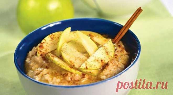 Овсяная каша с яблоками — отличный вариант для завтрака
