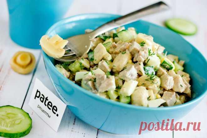 Салат с языком и маринованными грибами Готовим салат из вареного свиного языка со свежими огурцами, яйцами, маринованными шампиньонами, укропом и майонезной заправкой. Все эти ингредиенты в сочетании друг с другом превращаются в очень вкусный салат, лёгкий в приготовлении, яркий и интересный по вкусу. Если вы любите смешанные мясные салаты, в частности салаты с языком, тогда этот рецепт для вас!