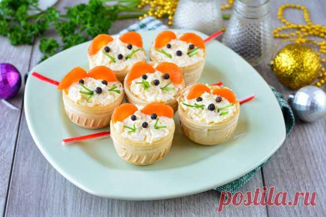Тарталетки «Мышки» на Новый год – это вкусная и оригинальная закуска к праздничному застолью. Тарталетки выглядят нарядно и привлекательно, отличный перекус перед основными и горячими блюдами. Готовятся тарталетки с сыром, но вы можете проявить фантазию и приготовить любую начинку. Начинка с сыром, яйцами, майонезом и чесноком – отличное решение. Получается быстро и без хлопот. Такую […]