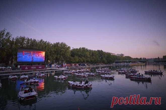 Кинотеатр на воде в Париже. Зрители находятся в 38 лодках, которые расположили с соблюдением социального дистанцирования.
