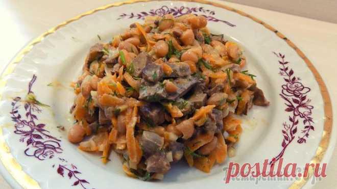 Салат из фасоли с куриной печенью и морковью. Видео рецепт Продукты для приготовления салата:300 гр. куриной печени1 банка консервированной белой фасоли (430 гр)2 небольшие луковицы2 средних моркови2-3 зубчика чеснока1 пучок укропасоль по вкусурастительное ма...