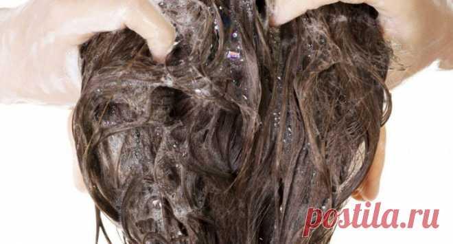 ТРИ ИНГРЕДИЕНТА, КОТОРЫЕ СЛЕДУЕТ ДОБАВИТЬ В ШАМПУНЬ, ЧТОБЫ ОЖИВИТЬ ЛОМКИЕ ВОЛОСЫ - Советы и Рецепты PH- нейтральный шампунь Лучше всего использовать шампуни с нейтральным Ph, предназначенные для младенцев, поскольку они разработаны специально для ухода за нежной кожей и волосами. Эфирное масло розмарина Это масло стимулирует волосяные фолликулы, предотвращает выпадение волос и раннее появление седины, а также придает блеск. Витамин Е в капсулах Содержит антиоксиданты, кото...