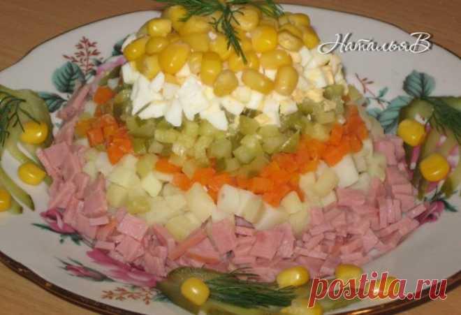 Простой, но очень вкусный салат «Мираж»    Приготовлю к приходу гостей!          Ингредиенты: ВетчинаКартофельМорковьМаринованный огурецЯйцоКукурузаМайонез, зелень Приготовление: Отвариваем картофель, морковь и яйцо, очищаем и нарезаем мел…
