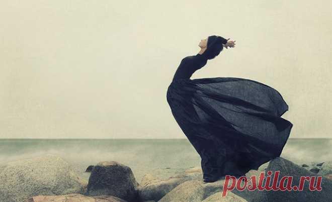Невероятно сильное и глубокое стихотворение Роберта Рождественского. Будь, пожалуйста, послабее. Будь, пожалуйста. И тогда подарю тебе я чудо запросто. И тогда я вымахну - вырасту, стану особенным. Из горящего дома вынесу тебя, сонную. Я решусь на все неизвестное, на все безрассудное - в море брошусь, густое, зловещее, и спасу тебя!.. Это будет сердцем велено мне, сердцем велено... Но ведь ты же сильнее меня, сильней и уверенней! Ты сама готова спасти других от уныния тяжкого, ты сама не…