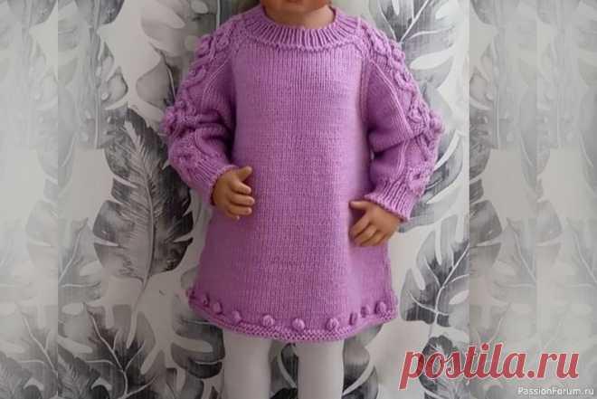 Вязаное детское платье. Видео МК | Вязание спицами для детей От автора: Детское платье спицами от года до 2 лет, но по моему мастер классу вы можете связать и на другие размеры. Вяжется платье регланом сверху без швов. Так же я покажу как легко и просто связать росток, подрезы.Вязаное платье – замечательный вариант одежды, причем для любого времени...