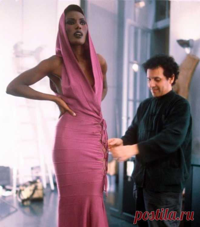 fashion lover and feminist в Instagram: «A sad day for fashion. This legend, Azzedine Alaia, has sadly passed away today at the age of 77. A man whose designs seemed like a second…» 218 отметок «Нравится», 2 комментариев — fashion lover and feminist (@glitterunway) в Instagram: «A sad day for fashion. This legend, Azzedine Alaia, has sadly passed away today at the age of 77. A…»