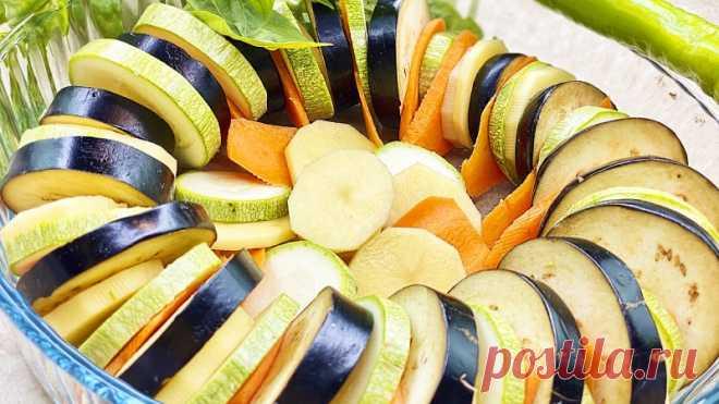 Когда летние овощи вкуснее котлет Самое время готовить блюда из овощей. Ароматные молодые овощи в духовке, когда хочется легкой еды в жаркий день. Подходит для вегетарианцев и для тех, кто придерживается правильного питания. Простой рецепт для вкусного ужина.  Ингредиенты:    Кабачок - 1 шт.  Баклажан - 1 шт.  Молодой...