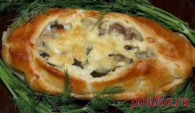 Лодочки из слоеного теста картофелем, мясом и огурцами