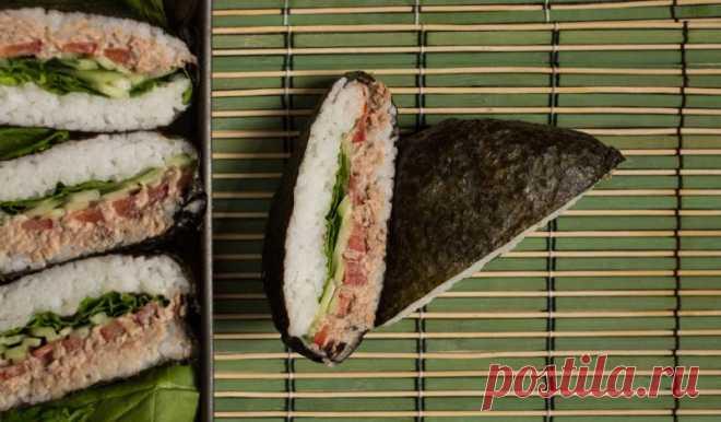 Суши-сэндвич онигирадзу с тунцом и шпинатом