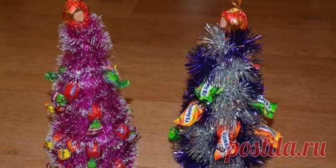 Как сделать елку из мишуры и конфет своими руками