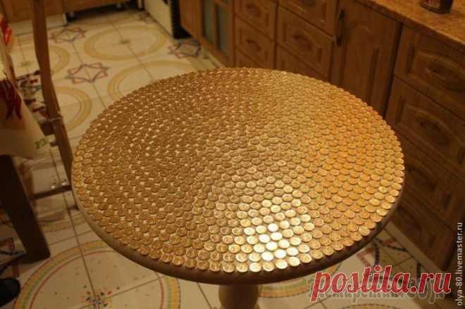 Как оригинально оформить стол Однажды в моем любимом магазине я обнаружила столешницу, которую мне захотелось украсить. Мне понадобились: столешница (желательно, непокрашенная); клей «Момент» (прозрачный); монетки любым номиналом,...
