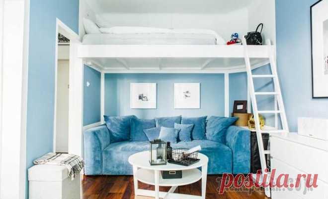 Шведская студия 27 м² с синим диваном и чердаком Места мало, а надо поставить и диван, и кровать? Если потолки в квартире высокие, то вот хорошее решение. Чтобы сделать маленькую студию больше, используйте прием «растворения в пространстве»: обивка ...