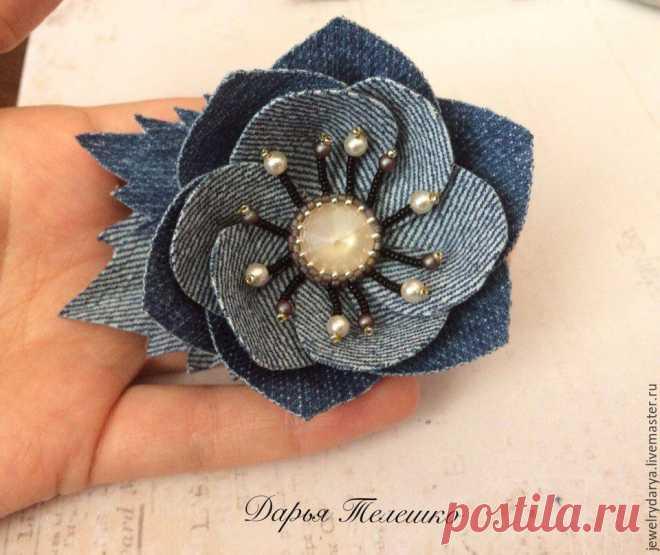 Мастер-класс смотреть онлайн: Создаем джинсовую брошь — цветок с кристаллом Сваровски