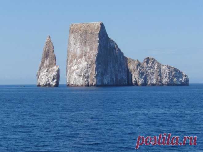 10 самых впечатляющих морских скал.Скала Kicker в Эквадоре, другое название спящий лев. Находится на Галапагосских островах. Высота 152 метра Образована подводным извержение вулкана, на скале гнездится огромная колония птиц.