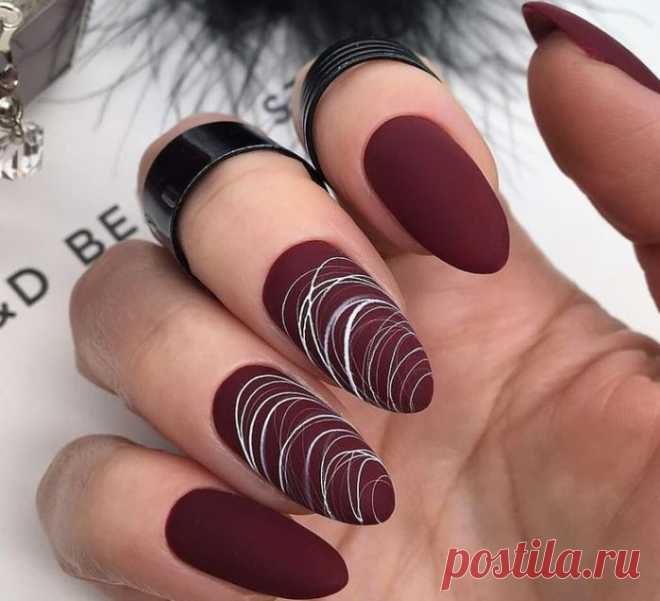 Бордовые ногти матовые - оригинальный дизайн с фото. Когда дело доходит до красивого, стильного маникюра, то для каждой девушки он разный. Некоторые любят вечную классику, другие предпочитают монограммы и множество стразов, камней и блесток а третьи предпочитают минималистичные решения. Один из самых популярных оттенков маникюра — бордовые ногти. Это темно-красный цвет, который в основном носят осенью и зимой
