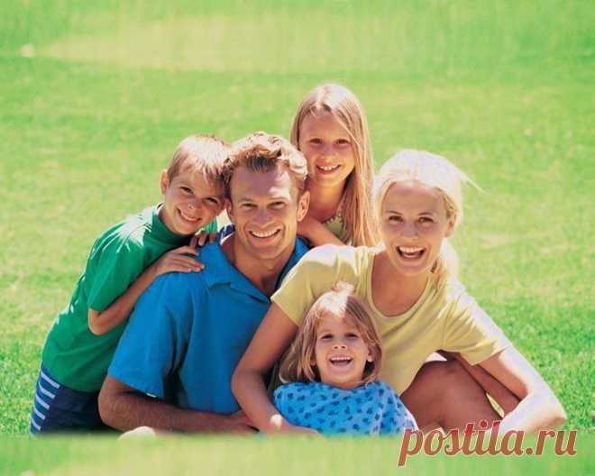 Партнерам, в отношениях которых царит мир, легче быть хорошими родителями. Дать детям безопасную базу и тихую гавань. Младшее поколение, в свою очередь, легче учится справляться с эмоциями и налаживать отношения с другими людьми. Море научных данных подтверждает, что дети, растущие в атмосфере безопасной близости, счастливее. К тому же они имеют более развитые социальные навыки и легче переносят стрессы. Действительно, лучшее, что вы можете сделать для своих детей, — построить собственные…