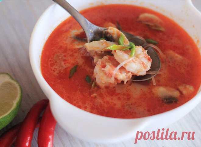Суп Том Ям Суп том ям является одним из наиболее знаменитых представителей тайской кухни. Почти в каждом ресторане можно его попробовать, но куда интереснее приготовить такое блюдо дома. Суп бывает нескольких видов. Сегодня будем готовить том ям кунг. Это самый популярный вид тайского супа, в него добавляются креветки. Основа супа — лемонграсс, галангал, чили перец, лайм, чеснок, креветочная паста, рыбный соус. Без них не получится приготовить настоящий ароматный т...
